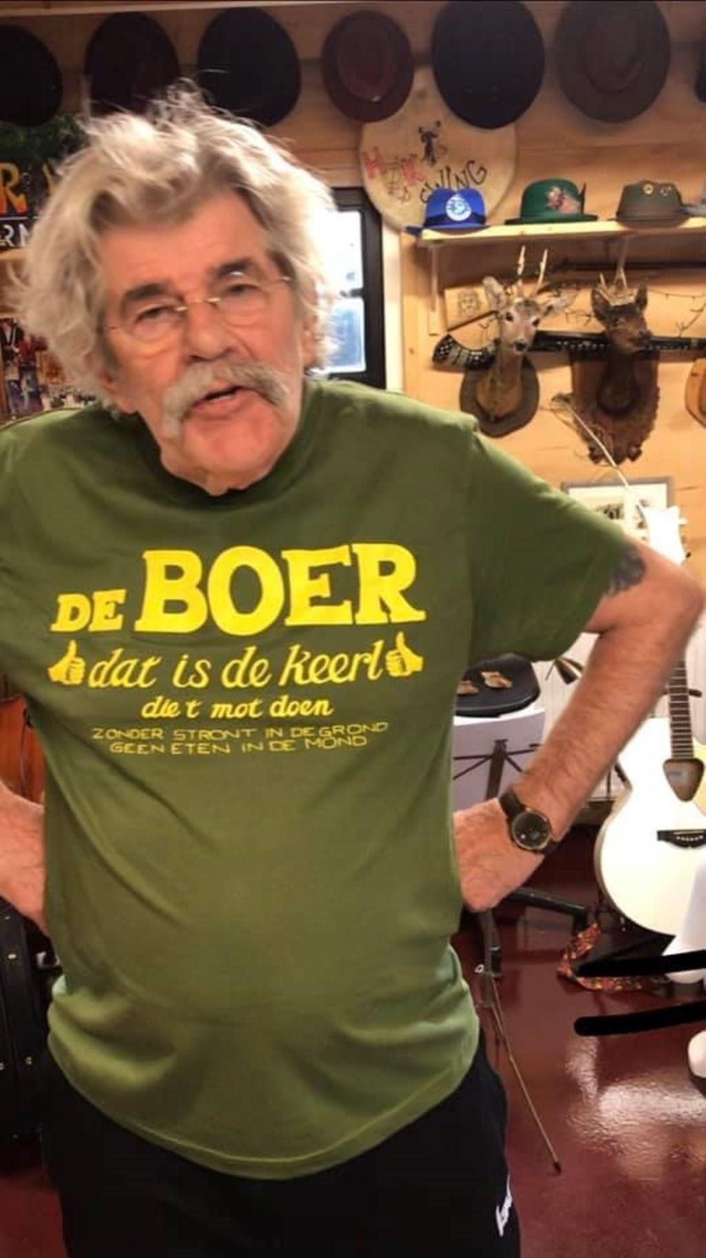 Bennie Jolink liet speciale t-shirts ontwerpen met de titel van het lijflied van de boeren.  © Achterhoek Nieuws b.v.