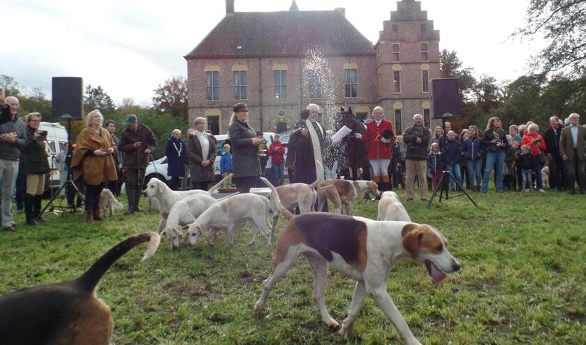 Voorafgaand aan de jacht werden de honden door pastoor Scheve ingezegend. Foto: Jan Hendriksen.