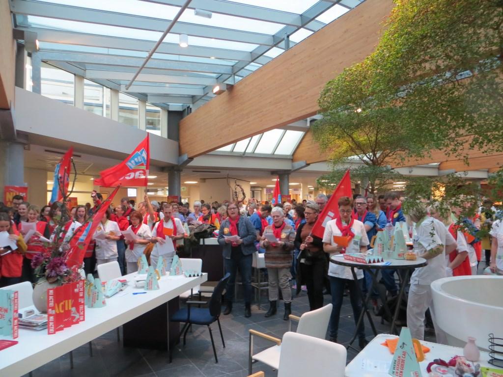 Bij een actiebijeenkomst hoort ook een actielied. Foto: Bernhard Harfsterkamp  © Achterhoek Nieuws b.v.