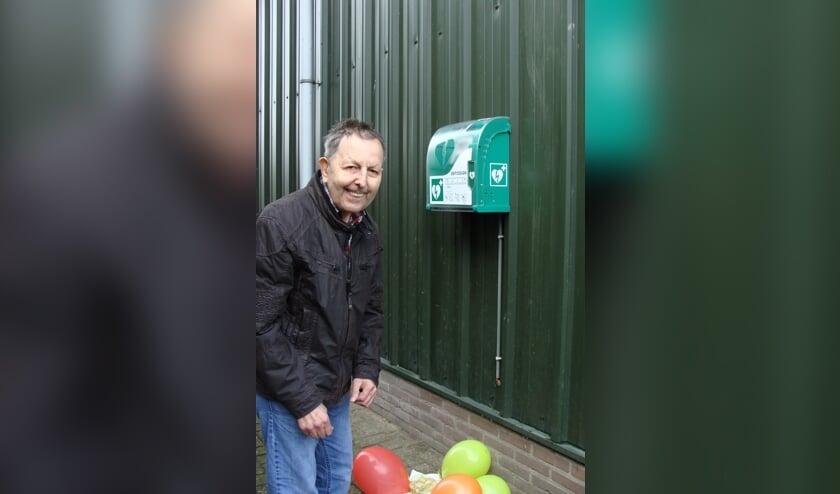 Jan Radstake met 'zijn'AED. Foto: PR
