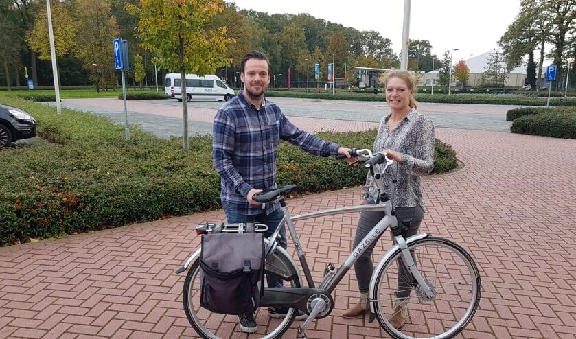 Wouter Beijers en Ria Bussink bij FC Winterswijk waar op 19 november de fietslessen starten. Ria: 'Op lage damesfietsen.' Foto: Han van de Laar