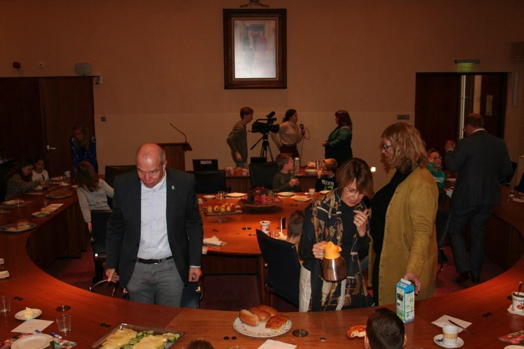 De wethouders schenken ng een keer thee en melk bij. Foto: Verona Westera  © Achterhoek Nieuws b.v.