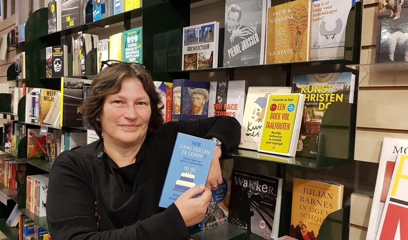 Friederike de Raat in boekhandel Kramer waar ook haar boeken verkrijgbaar zijn. Foto: Han van de Laar