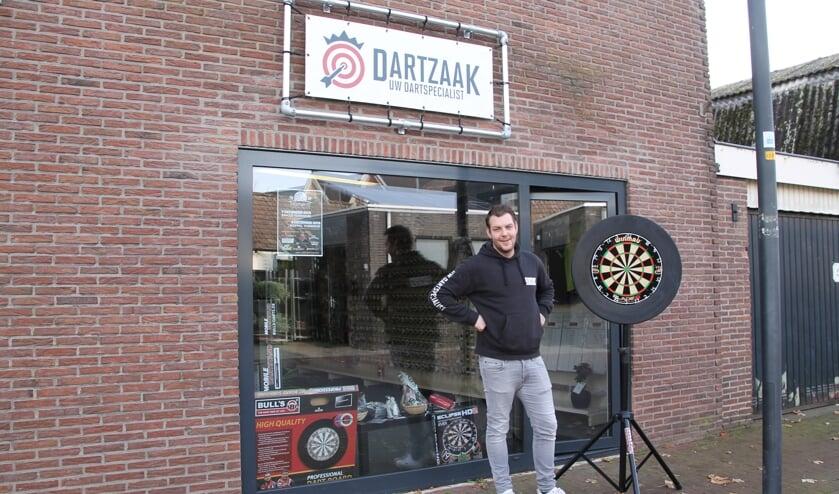 Elroy van Merkerk voor zijn eigen dartspeciaalzaak in Lichtenvoorde. Foto: Annekée Cuppers