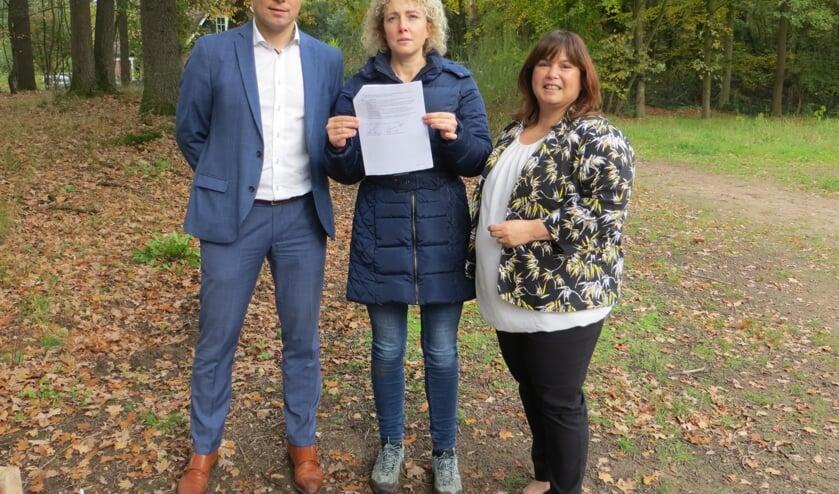 De wethouders Te Lindert en Schepers en Leontien Witjes van Staring NME hebben de contracten ondertekend. Foto: Bernhard Harfsterkamp