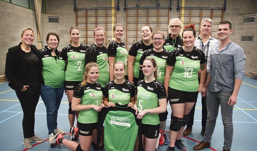 Het Dames 1-team van volleybalvereniging Mevo in hun nieuwe outfit met de drie sponsoren. Foto: Stefan Buning