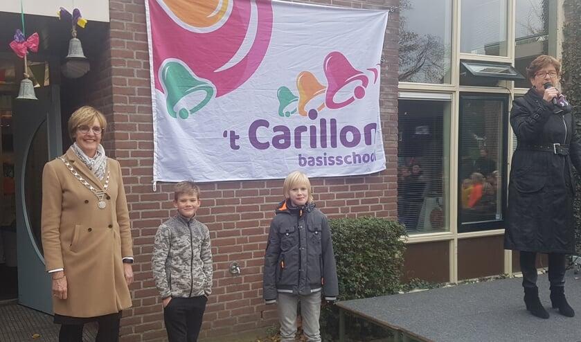 Burgemeester Bronsvoort met leerlingen Casper Bragt en Kos van Wees. Rechts directeur Cilia Stortelder.