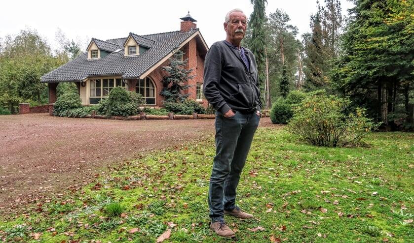 Hans Visser en zijn ernstig zieke vrouw Hanny willen graag gelijkvloers gaan wonen, maar krijgen hun landhuis in het buitengebied van Hengelo niet verkocht. Foto: Luuk Stam