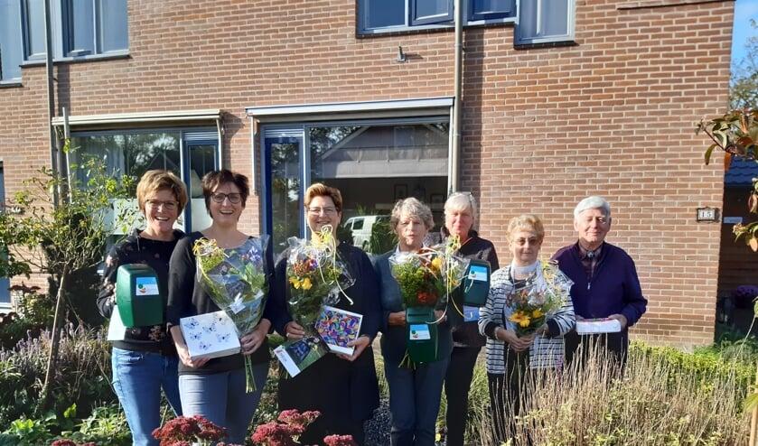 Organisator Irma Nijland met de jubilarissen: Diesje Dijkman, Carla Hekkelman, Ineke Lubberdink, regiocoördinator Rie Flach en Rieki en Dirk Nijland. Foto: PR