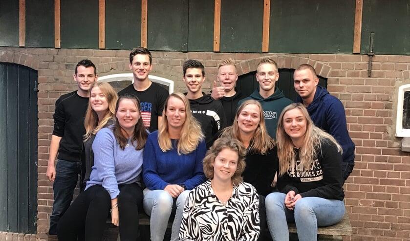 Een deel van de 'cast' van Jong Gelre Ruurlo onder leiding van Bart Tiessink (achterste rij rechts) die druk in de weer is met de revue 'Een rits te ver'. Foto: PR.