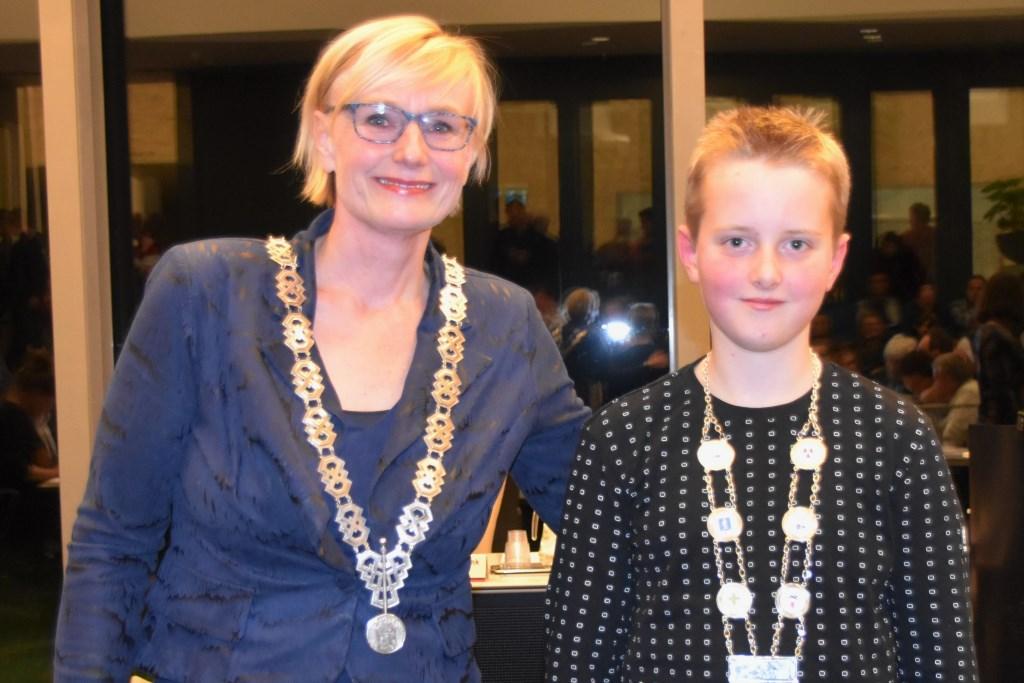 Een jaar lang mag Kjeld Kempers zich de jeugdburgemeester van Bronckhorst noemen. Daarbij hoort net zoals bij burgemeester Marianne Besselink een echte ambtsketen. Foto: Alice Rouwhorst  © Achterhoek Nieuws b.v.