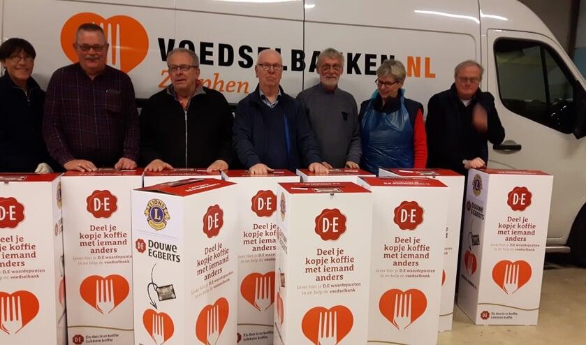 De medewerkers van de voedselbank met de opvallende inzamelzuilen. Foto: PR