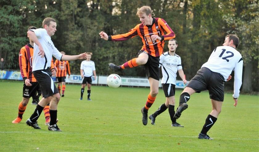 Duel om de bal in de Zutphense-Eefdese streekderby. Foto: Hans ten Brinke