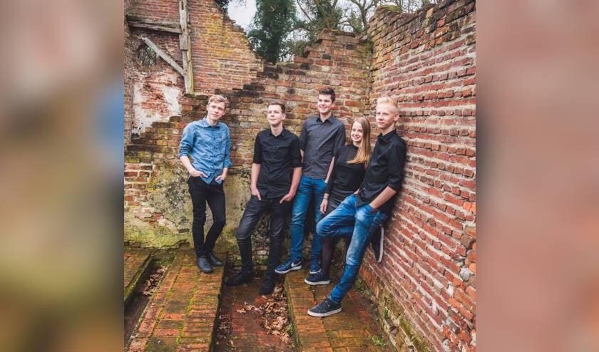 De band School's Out zorgt voor de muzikale omlijsting van de Switbertus vrijwilligers-feestavond . Foto: Lawrence Mooij Dutchfoto/archief Achterhoek Nieuws