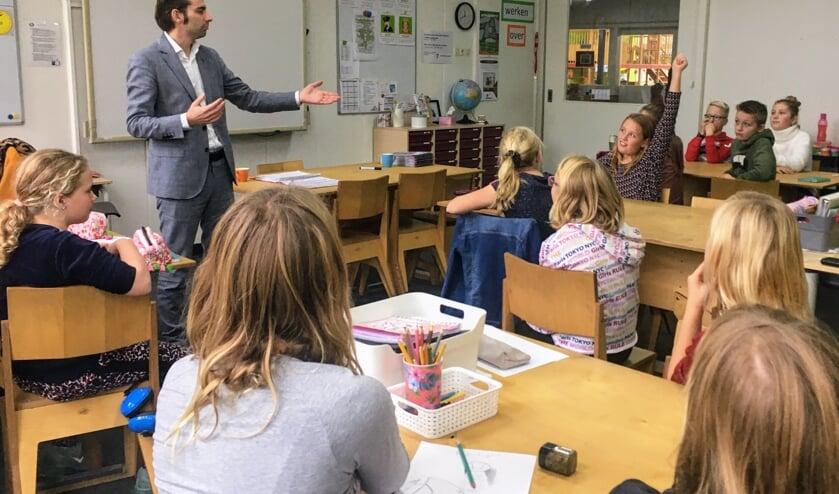 Wethouder van onderwijs van de gemeente Bronckhorst, Paul Hofman geeft les, ook over de stakingsproblematiek. Foto: De Rank