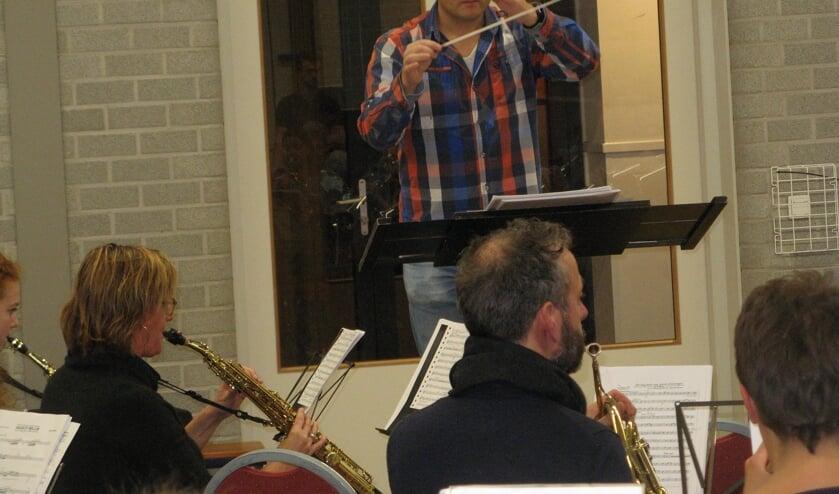 Thijs Musch dirigeert het fanfareorkest van Eendracht tijdens een repetitie. Foto: Bart Kraan