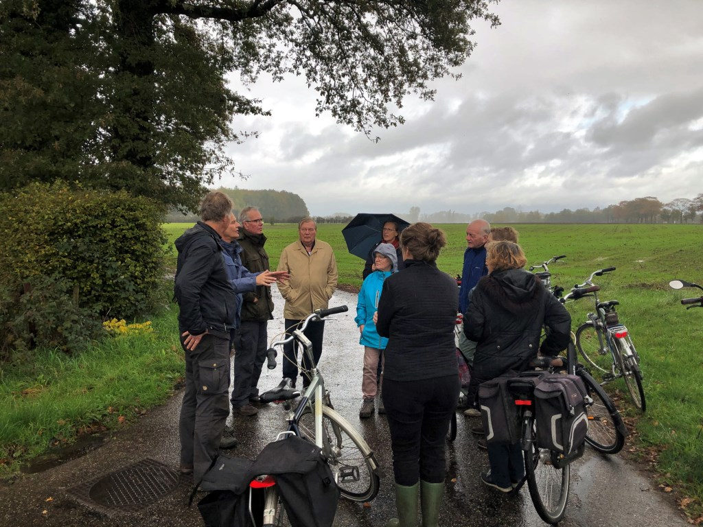 De route begon (in de regen) bij landgoed Het Meenink in Hengelo, dat normaal gesloten is voor publiek. Foto: Gerlinde Bulten  © Achterhoek Nieuws b.v.