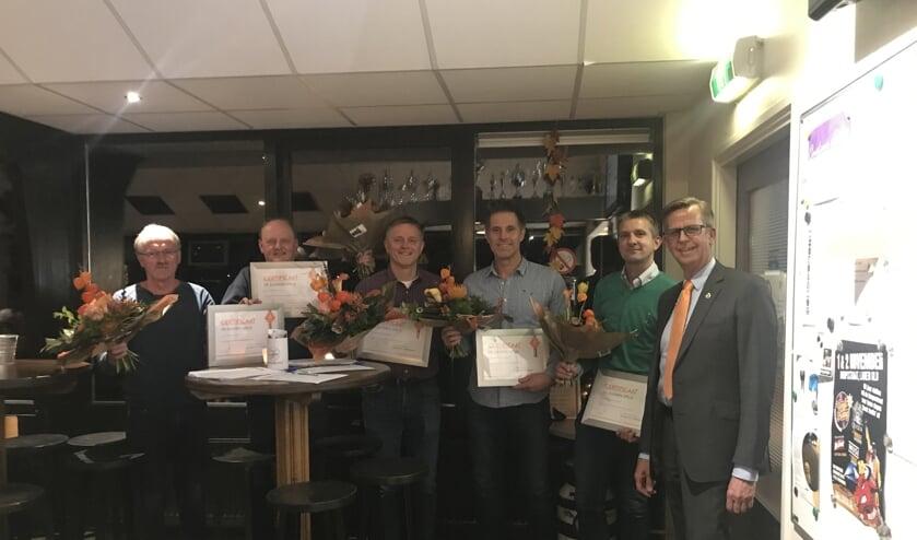 De (oud-)bestuursleden ontvingen een onderscheiding van een afgevaardigde van de KNVB. Foto: PR