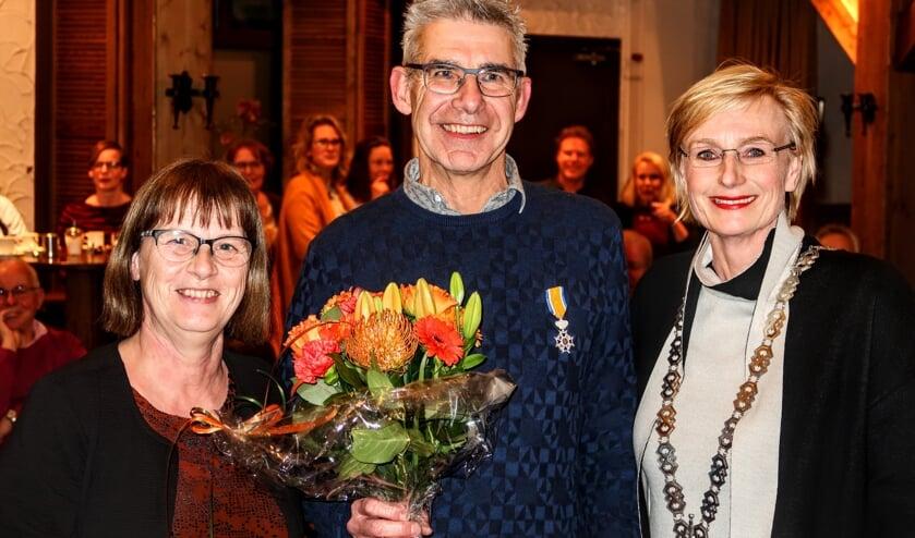 Keijenborger Bert Jansen is nu Lid in de Orde van Oranje Nassau. Naast hem zijn vrouw Riet (links) en burgemeester Marianne Besselink van Bronckhorst. Foto: Luuk Stam