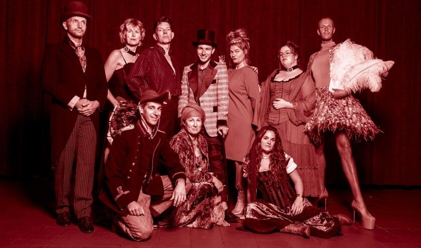 De Bohemians vormen een bont gezelschap kunstenaars, die bezig zijn een nieuwe show op te zetten en komen als rode draad telkens terug in Club Moulin. Martin Ligtenbarg (gehurkt) en Wendy Bomers (zittend) komen uit Berkelland. Foto: Sanne Wevers