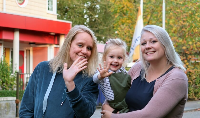 Chantal Hartvelt (l) en Ilse van Dijk (r) starten begin volgend jaar met kinderopvang Dreamzzz in Vorden. De kleine Liv (2) ziet het al helemaal zitten. Foto: Luuk Stam