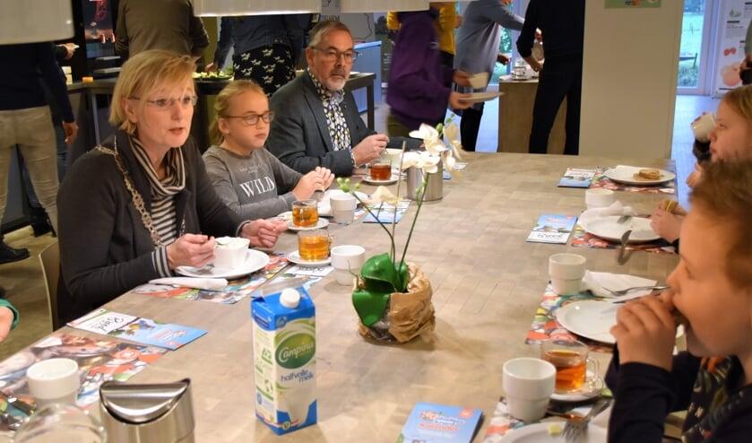 Burgemeester Marianne Besselink en wethouder Evert Blaauw aan de ontbijttafel met kinderen van de Dorpsschool uit Halle. Foto: Alice Rouwhorst