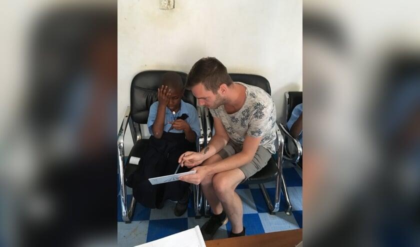 Zoon Gerben bezig met de screening van één van de kinderen. Foto: eigen foto