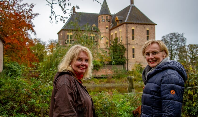 Eigenares van Kasteel Vorden, Karin de Rouw en burgemeester Marianne Besselink bij het kasteel. Foto: Liesbeth Spaansen