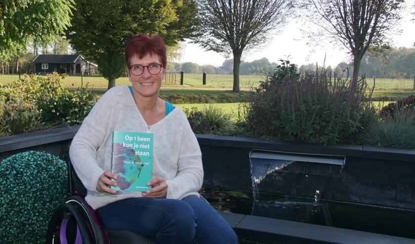 Willy Wienholts met haar boek. Foto: Frank Vinkenvleugel