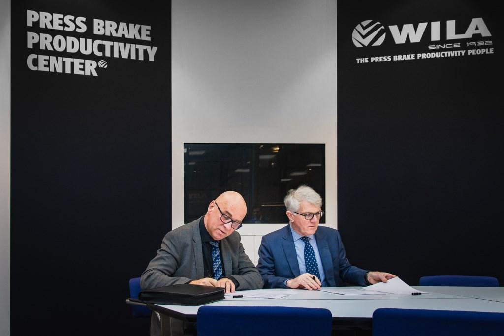 Jan Brunshorst (l, Kreunen Bouw) ondertekent samen met Hans Willemsen (r, WILA) de papieren voor de start van WILA's tweede productievestiging. Foto: Elmar Jense  Foto: Elmar Jense © Achterhoek Nieuws b.v.