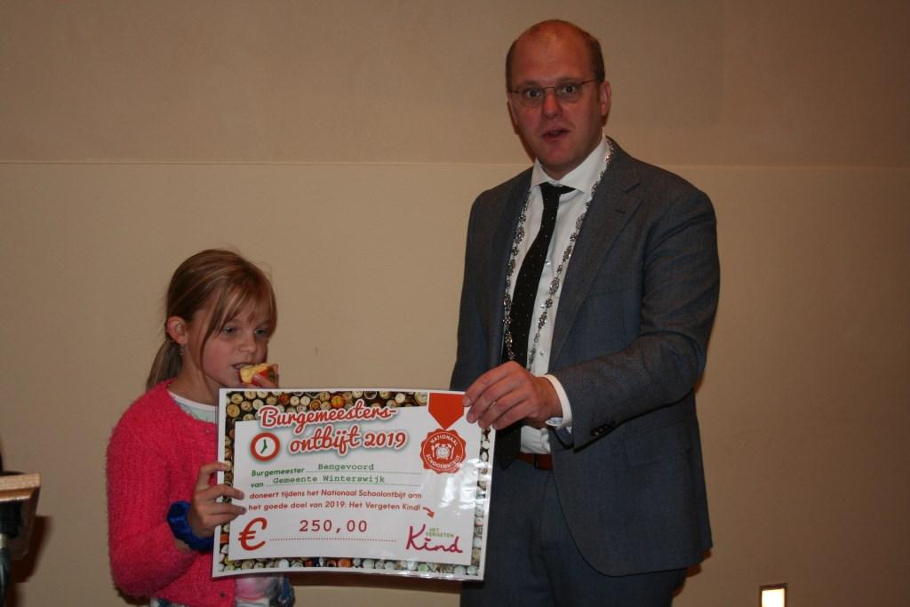 De burgemeester reikt de cheque uit aan Zoë. Foto: Verona Westera  © Achterhoek Nieuws b.v.