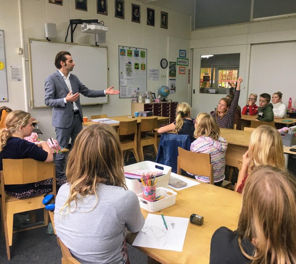 Wethouder van onderwijs van de gemeente Bronckhorst, Paul Hofman geeft les, ook over de stakingsproblematiek. Foto: De Rank  © Achterhoek Nieuws b.v.