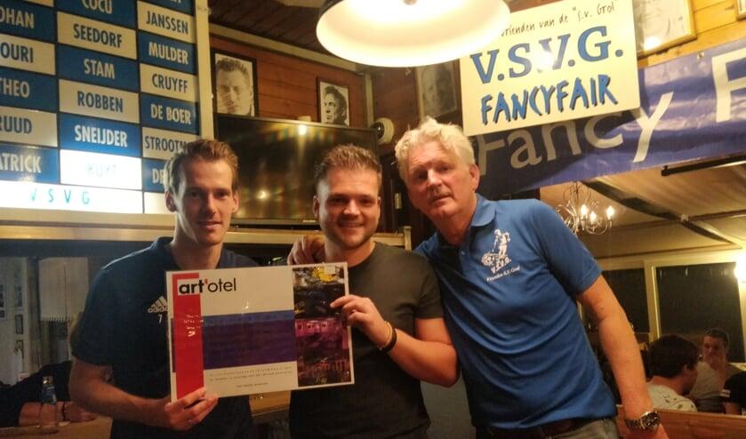 Bob Meuleman mag zijn prijs in ontvangst nemen uit handen van Wouter Rexwinkel (links) en Geert Jan Stokkers (rechts).