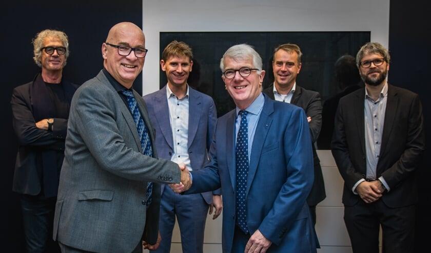 V.l.n.r.: Wim Maas (Maas Architecten), Jan Brunshorst (Kreunen Bouw), Frank Rouweler (WILA), Hans Willemsen (WILA), Bart Kempers (WILA) en Jorrit Hulshof (Maas Architecten). Foto: Elmar Jense