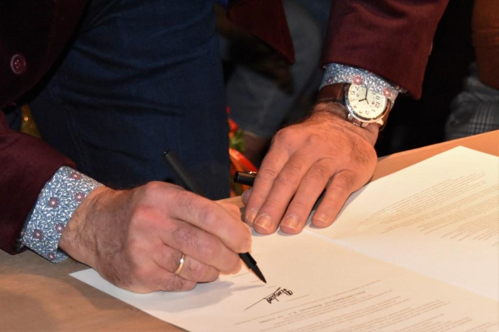 De handtekening is gezet. Het is nu officieel. Schildersbedrijf Boerstoel heeft het predicaat Hofleverancier. Foto: Alice Rouwhorst  © Achterhoek Nieuws b.v.