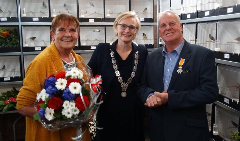 Burgemeester Marianne Besselink tussen Evert Berns en zijn echtgenote. Foto Willy Hermans