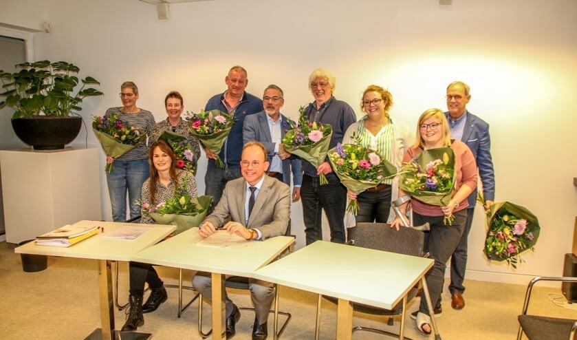 De bestuursleden van deFederatie van Bronckhorster muziekverenigingen ontvingen een bos bloemen. Midden voor notaris Jeroen Blankestijn, midden achter wethouder Evert Blaauw. Foto: PR