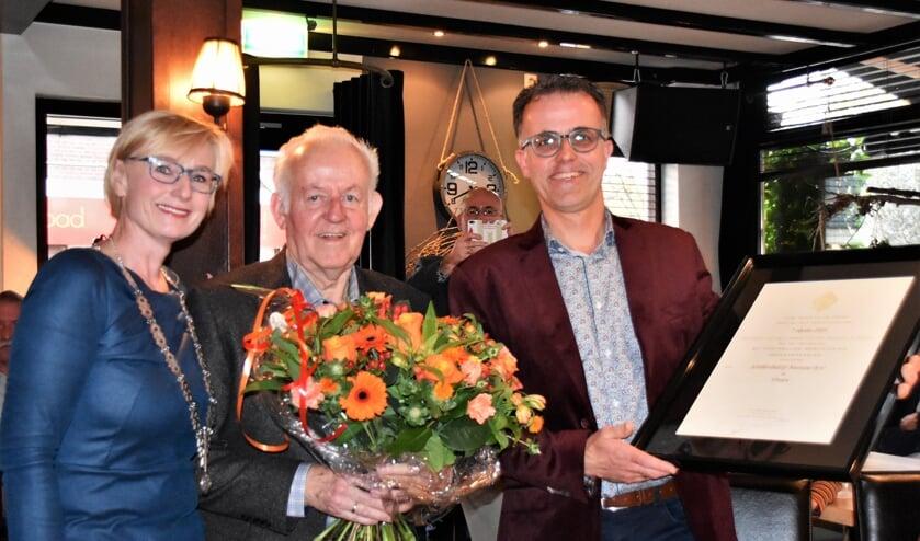 Een trotse Johan Boerstoel met zijn zoon Dick en burgemeester Marianne Besselink. Foto: Alice Rouwhorst