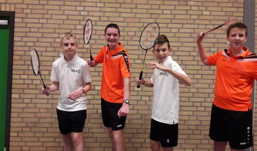 Jeugdspelers van de badmintonverenigingen Vorden (Flash) en Hengelo (HBC) Eldo de Kraker, Kai Nieuwenhuis, Max Reerinken Stef Weijers samen in de competitie voor jeugd. Foto: Mart de Kraker