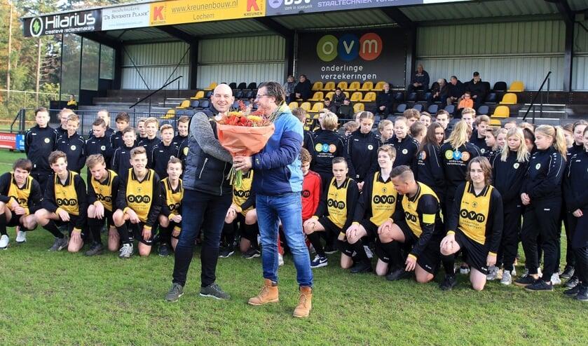 Sponsor Ard Kettelerij van OVM ontving een bos bloemen in het bijzijn van de vier jeugdteams van v.v. Vorden. Foto: PR