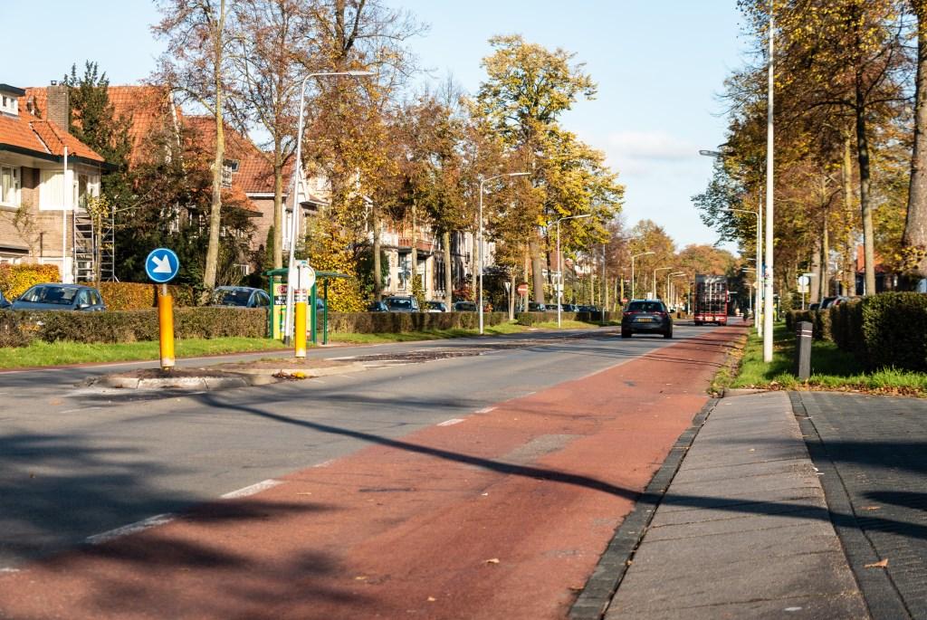 De Deventerweg, gezien vanaf de kruising Leeuweriklaan kijkend in de richting Eefde. Foto: Henk Derksen  © Achterhoek Nieuws b.v.