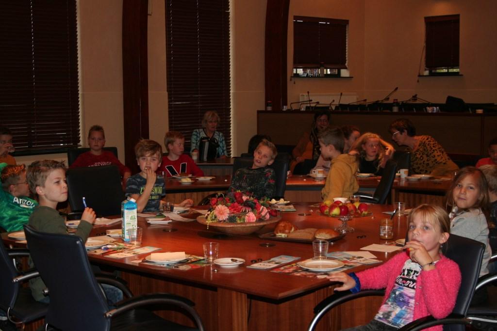 De kinderen kregen een ontbijt in  de raadszaal. Foto: Verona Westera  © Achterhoek Nieuws b.v.