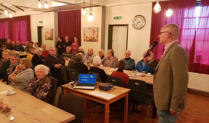 Gert-Jan te Gronde roept de aanwezigen op om ook op de inloopmiddagen te komen in gebouw Juliana Woold. Foto: Han van de Laar