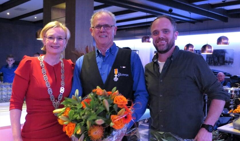 Burgemeester Marianne Besselink, Freek Groot Nibbelink en zijn zoon Jorick. Foto: Josée Gruwel