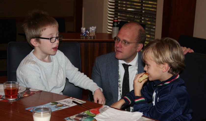 Burgemeester Bengevoord in gesprek met de leerlingen van de Julianiaschool. Foto: Verona Westera