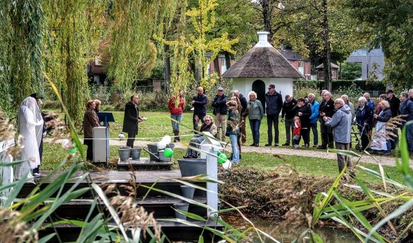Wethouder Buunk opende zaterdagmiddag de nieuwe wasstoep in Park De Bleijke in Hengelo. Mevrouw Tijdink (zwaaiend) knipte samen met hem een lintje door. Foto: Luuk Stam