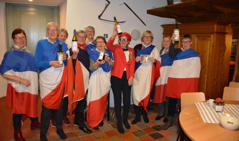 Het eendagsbestuur Meidoornstraat/ Esdoornstraat / Kastanjelaan bezorgde de Vrouwen van Nu een vrolijke avond. Foto: Diny Oosterlaken