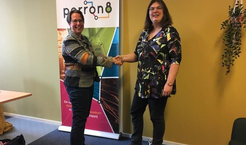 Barbara Pavinati (links) mag uit handen van Margriet van der Veer de Homo Sapiens Award in ontvangst nemen.