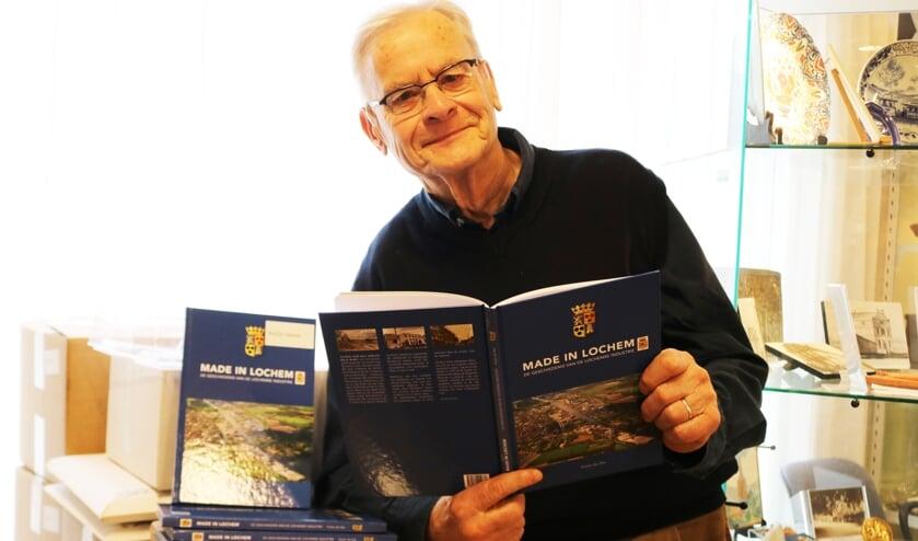 Focko de Zee, met de stapel ingepakte boekwerken. Foto: Arjen Dieperink