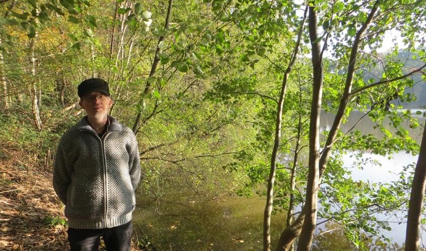Erik Meinen bij de kleiput aan de Driemarkweg. Foto: Bernhard Harfsterkamp